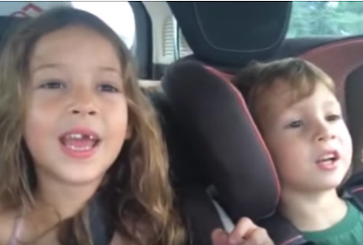 ילדים שרים בנסיעה באוטו